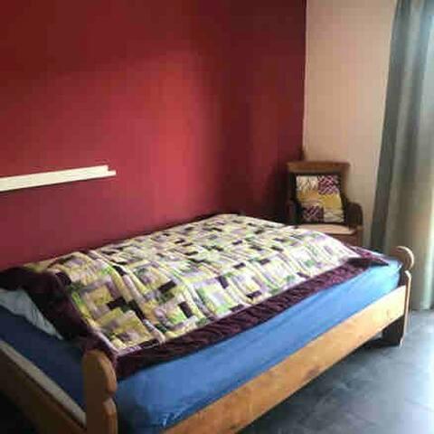 Schlafzimmer mit 140x200 Bett