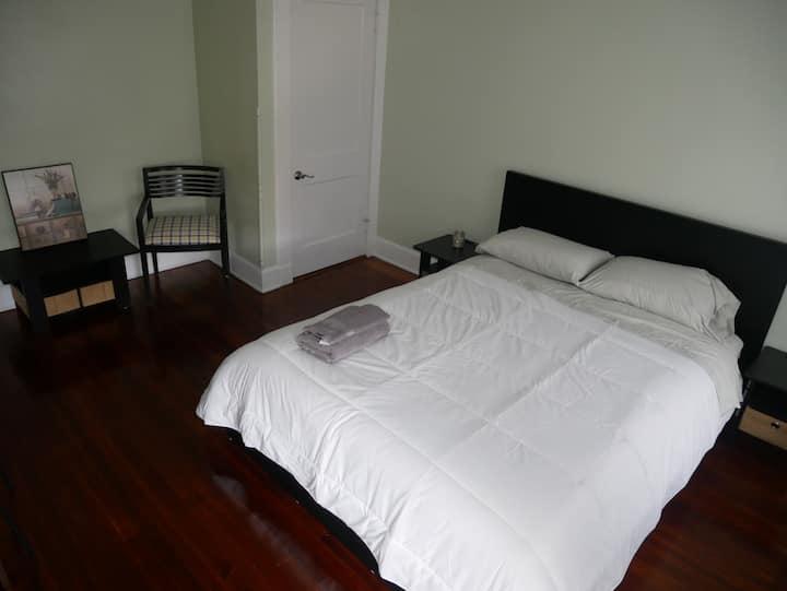 quees bedroom/shared bathroom/near trinitas medica