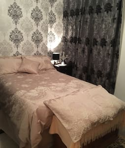 Comfy double bed R &light breakfast - Carmarthen