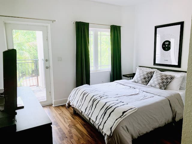 Gorgeous & Bright Bedroom with Private Balcony