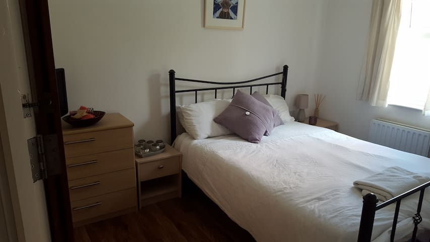 Lovely quiet room, within walking distance of town