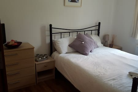Lovely quiet room, within walking distance of town - Pis