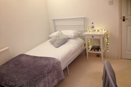 Room in detached home & breakfast - Wokingham - Casa