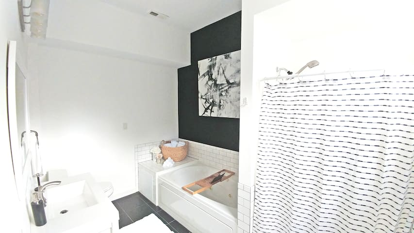 Jacuzzi Tub (Jets & Bubbles) with Book and Wine Tray! All Linens Provided!