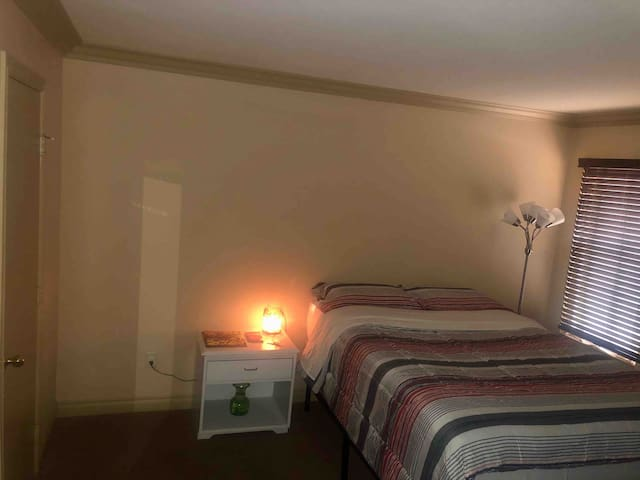 Private bedroom w/ breakfast/near Red Rock