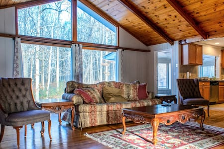 Private cozy farm house sleeps 20 (3King, 2Q & 2S)