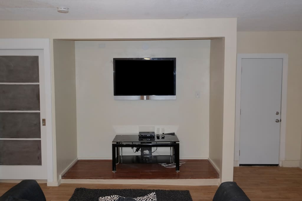 TV w/cable and WIFI.