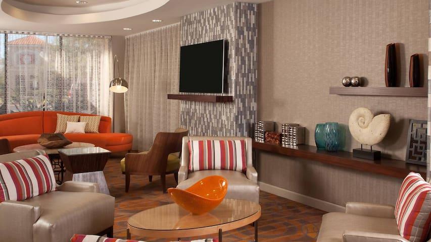 Airport Shuttle+ 2 Queen Hotel by Orlando Intl.