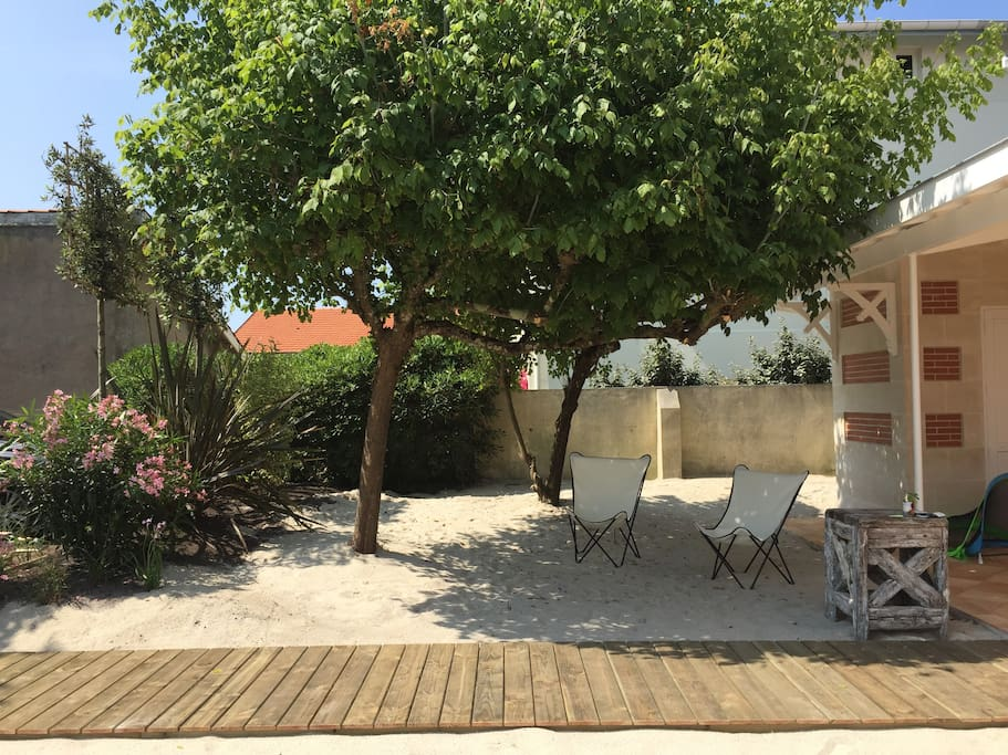 Jardin arrière avec préau, espace de jeu, parking