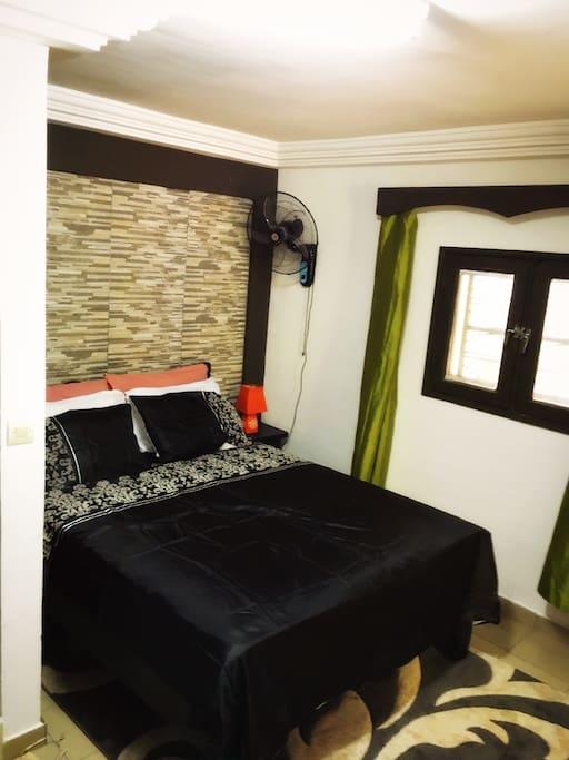 Votre chambre Meublée , équipée de la climatisation , une salle de bain privée , un écran plasma , et internet ADSL .....nous somme ouvert à toute requête ....