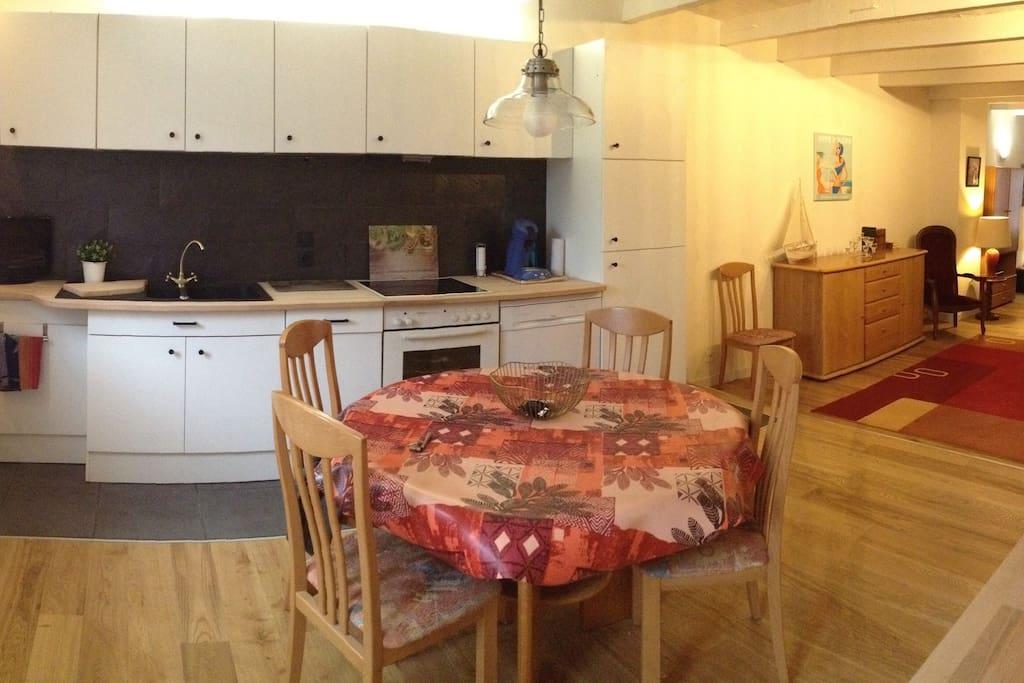 Une cuisine ouverte sur un grand séjour