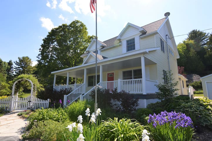 Carraig Mor Cottage - Awesome Downtown Cottage