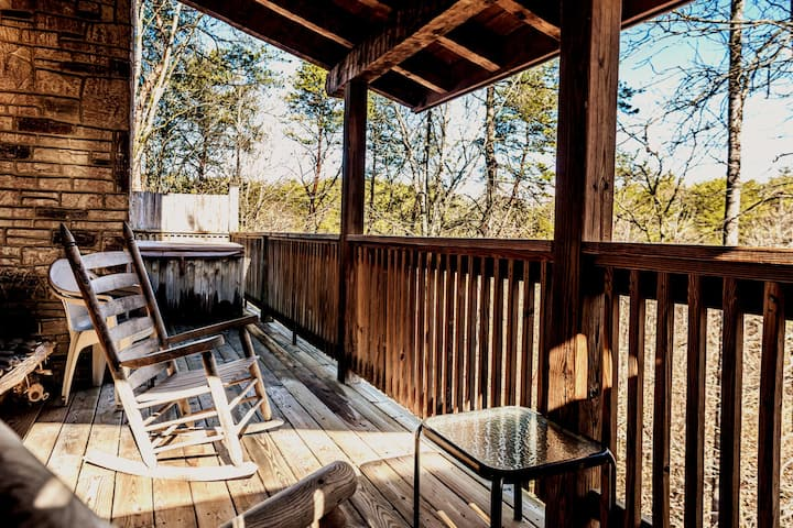 NEW Peekaboo Cabin 5 min off Parkway hot tub wifi