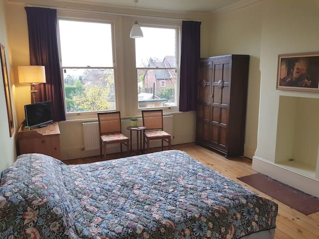 King size private double bedroom in North London