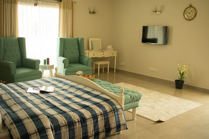 1 BEDROOM LUXE SUITE W/ KITCHEN / LOUNGE / DINING