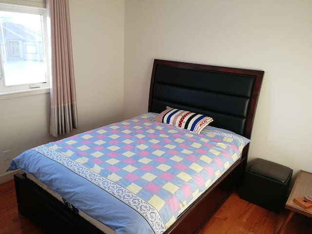 Winnipeg room (can be homestay). close to bus stop