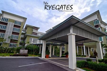 Premium Condominium Staycation Near Airport - Kuching