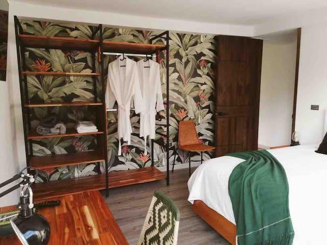 Madera maciza, sillas tucurinca, una cama king de excelente calidad y una hermosa vista es lo que necesitas para unas vacaciones espectaculares en la Perla del Otún.