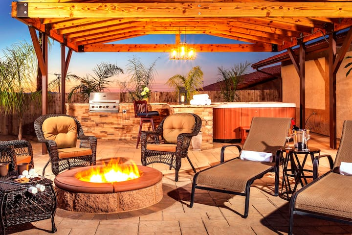 Joshua Tree Stargazer, Game Room & Hot Tub!