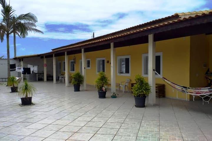 Aluga-se casa grande e confortável 300 mt da praia