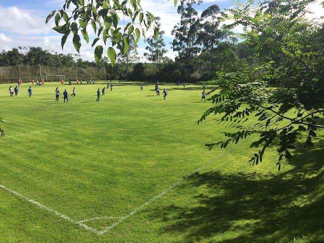 Campo de futebol tamanho oficial, lazer completo