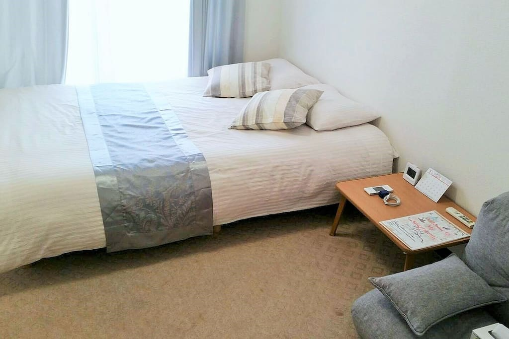 1doublebed。1small desk