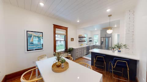Fully renovated; 3 blocks from beach & downtown!!