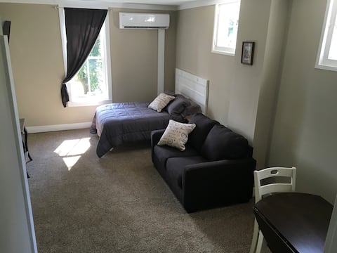 Studio apartment in downtown historic building. #5