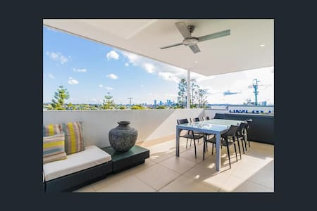 Oxford Street unit with great city views. - Bulimba