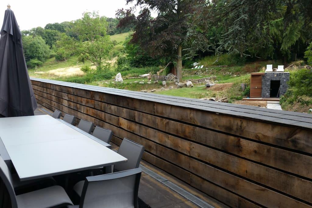 Groot gezamenlijk terras met zicht op de tuin.