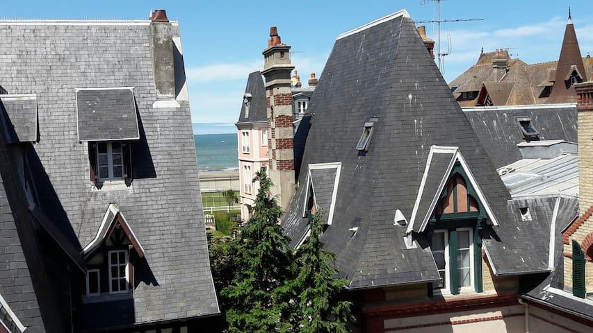 Charmant appartement vue mer à travers les villas