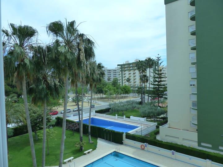 Apartamento con terraza acristalada.