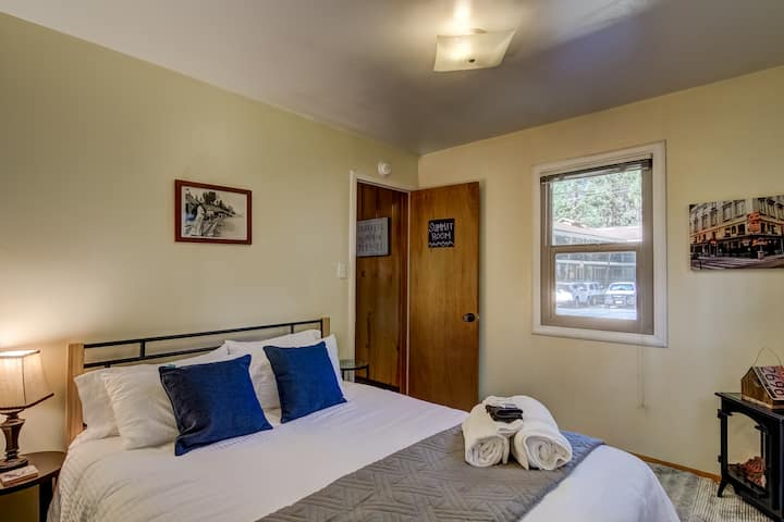 OPEN! 1BR in Funky Cabin Walk to Lake and Casinos!