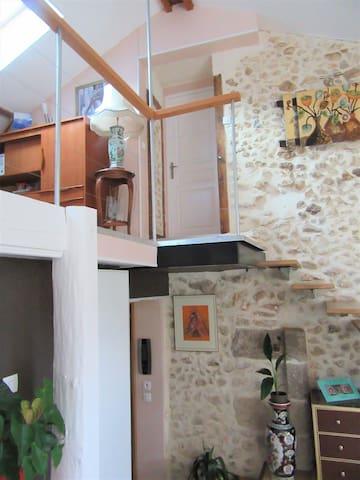 escalier qui va du salon à la mezzanine et aux chambres 4 et 5 + 1 salle de bain
