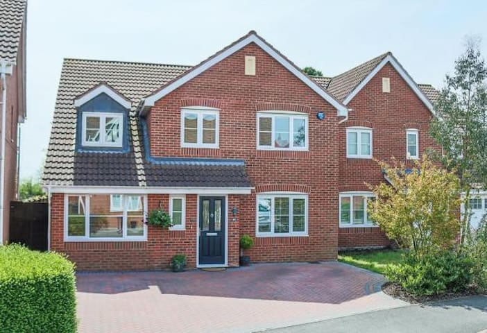 Large 4 bed modern Home in Worcestershire Village