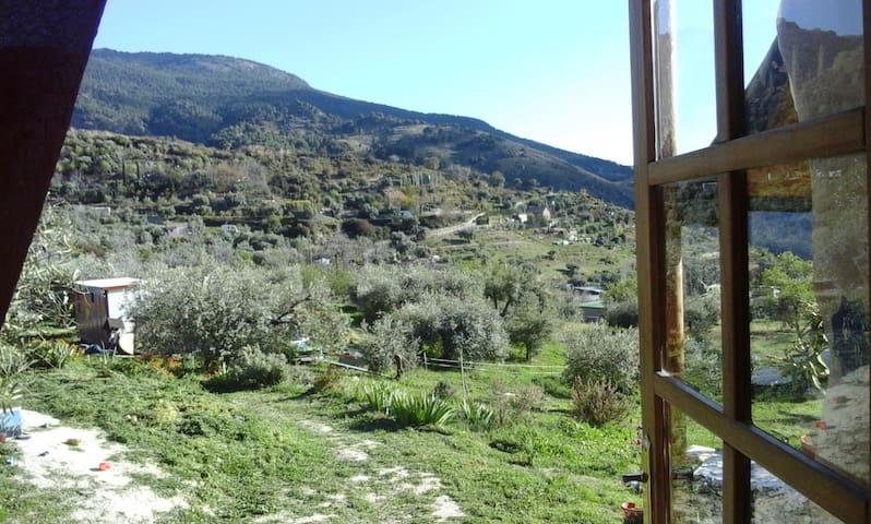 Yurta de paja en los Cahorros de Monachil