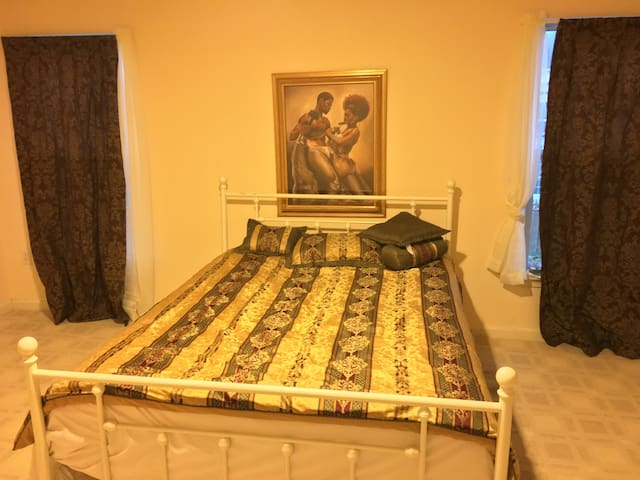 Master Bedroom with full bath and walkin Closet. - Odenton - Casa