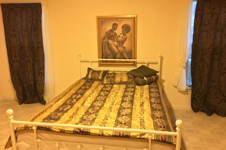Master Bedroom with full bath and walkin Closet. - Odenton - Ház