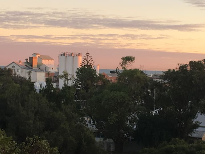 """Hilltop"" North Fremantle Oceanview"