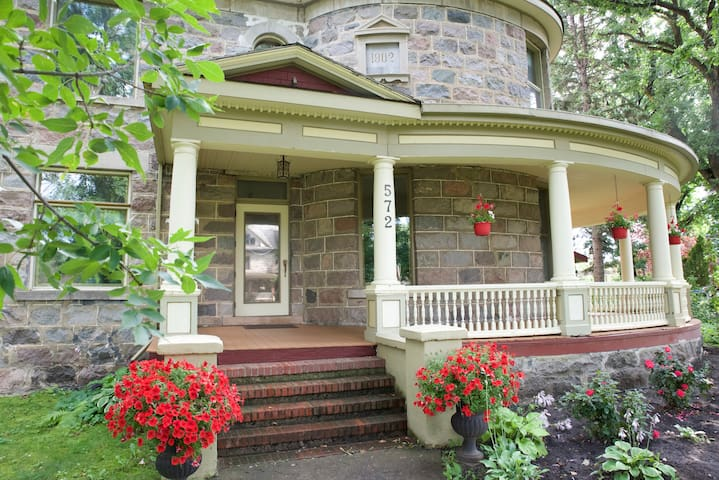 Bella's Castle Bed and Breakfast Garden Room - Morden - Castillo