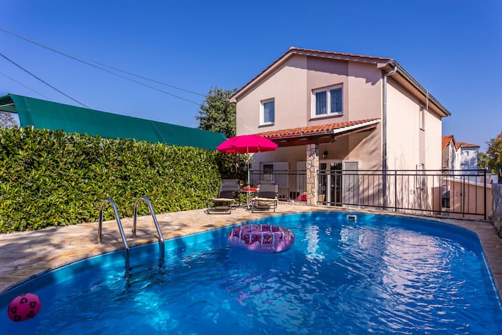 Apartment With Private Swimming pool, Garden & BBQ