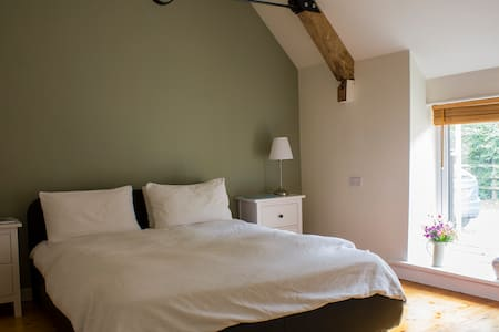Bed, breakfast, bathroom in converted barn - Charlton