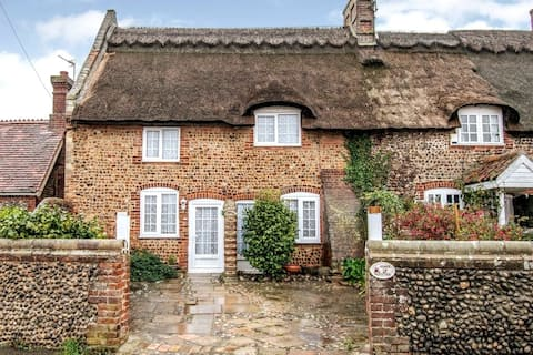 Cosy 17th Century Cottage, 2 mins walk from beach!