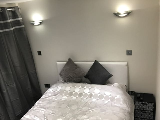 Comfy Modern Service Apartment Studio Heathrow - Ashford
