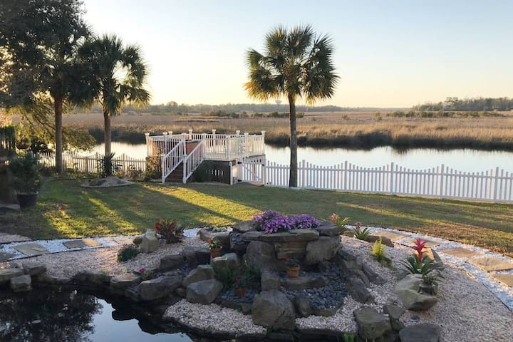Enjoy evenings lounging in the backyard !