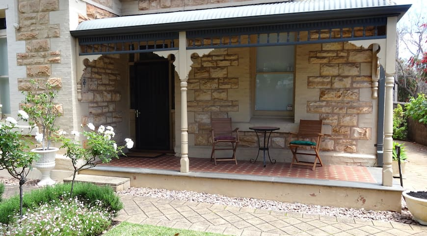 Lovely Adelaide villa, close to CBD in city fringe - Parkside - Casa