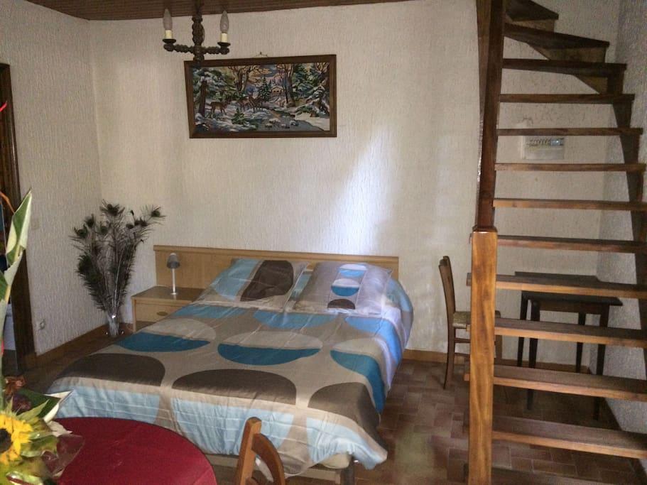 Studio côté chambre, avec accès aux couchages duplex