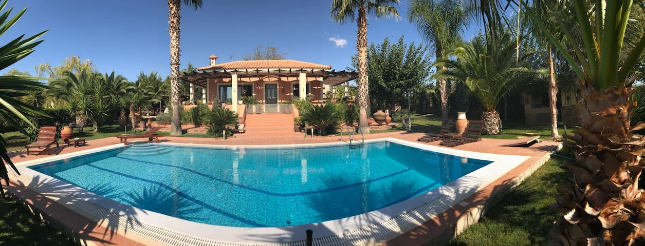 Villa with pool (5km from the airport)