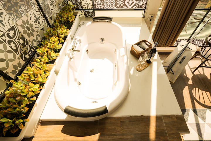 Get yourself a little sun tanned while relaxing in this massage tub
