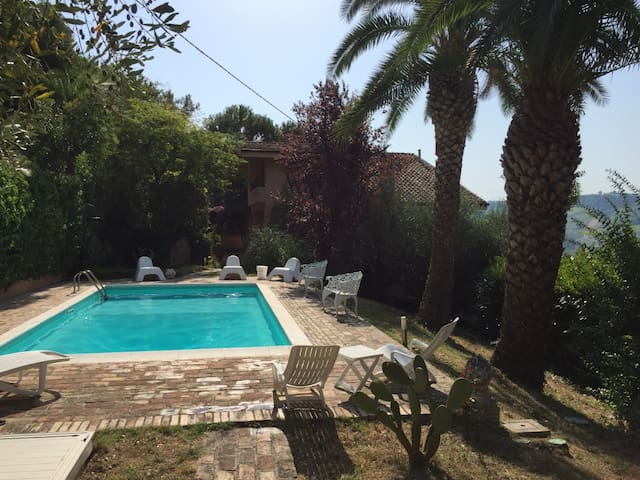 Country house with pool and a view to the Majella